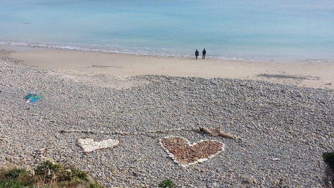 幸せになれそう!鉄浜海岸のニューシンボル、ハートに並んだ石