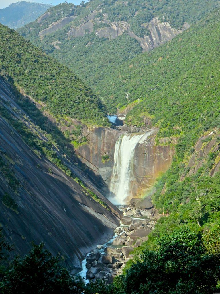 巨大な一枚岩に落ちるアーティスティックな滝「千尋の滝」