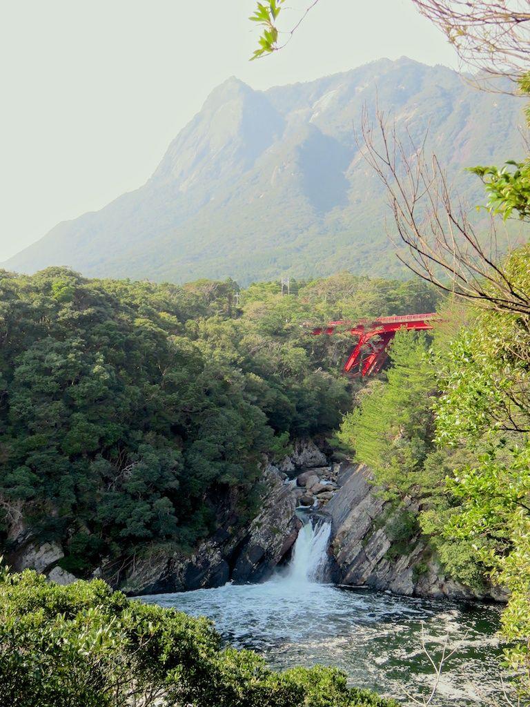 海に直接落ちる珍しい滝「トローキの滝」