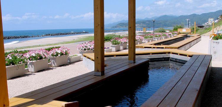 瀬波温泉を訪れたら、誰でも自由に入れる無料足湯