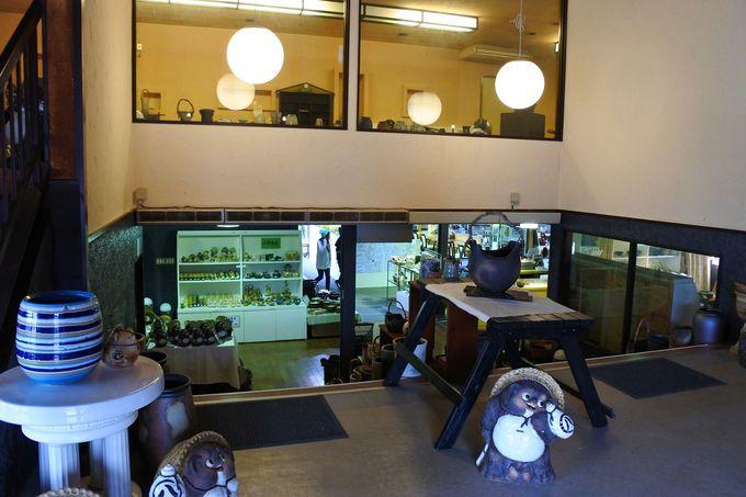 店内には陶器販売・飲食・足湯スペースが