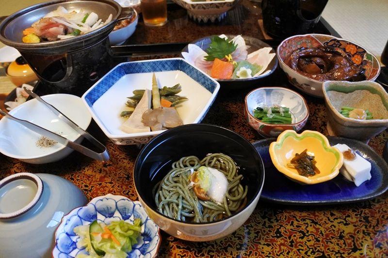 旬の野菜や山菜、川魚etc…山の幸たっぷりの夕食