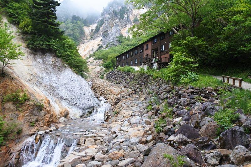 仙人が現れそうな大日岳に佇む宿は、吊り橋を渡った先に!