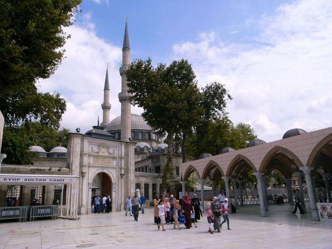 イスラムの英雄を埋葬した巨大なモスク