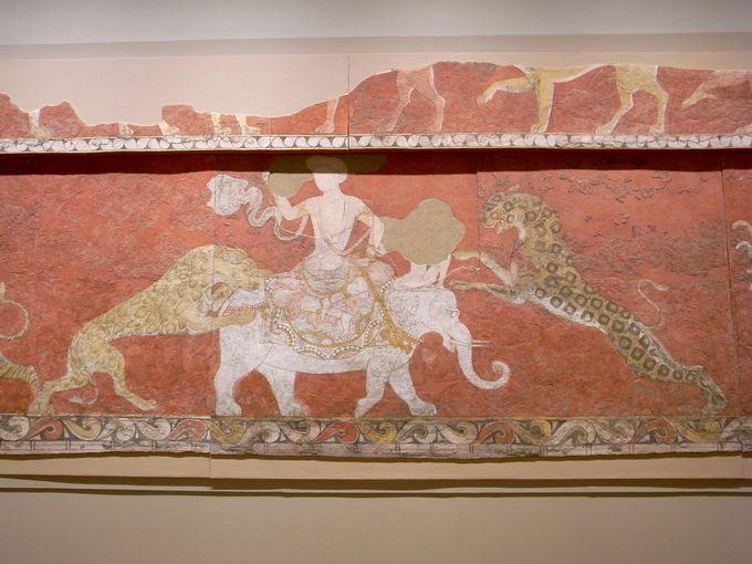 神々を描いた深紅の宮殿壁画