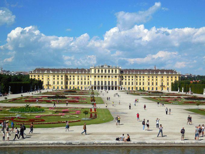 宮殿の背後に広がる広大な庭園