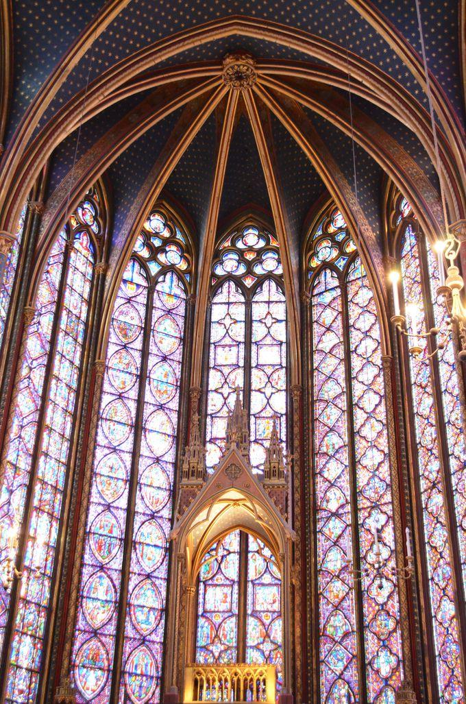 壁一面のパリ最古のステンドグラスに感動!