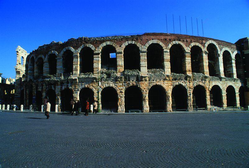 2千年前の劇場は保存状態も音響も抜群!