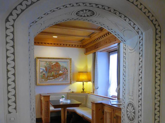 スグラフィートの美しい「カリジェの間」は、まるでカリジェ美術館!