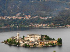 イタリア湖水地方の「小さな宝石」オルタ湖!碧き湖面に浮かぶ島と世界遺産サクロ・モンテを見に行こう!