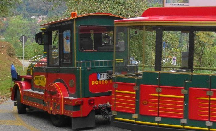 真っ赤な可愛い汽車バスに乗って町の広場とサクロ・モンテへ行こう!