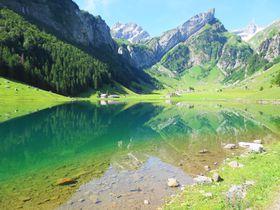 スイスの秘境・ゼーアルプ湖へ絶景ハイキング!ホエー風呂に入れるチーズ農家も!