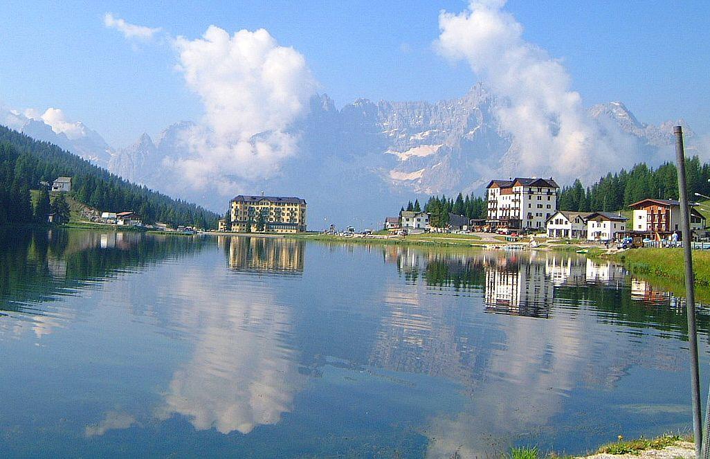 ソラピス山群を鏡のように映すミズリーナ湖!美しき伝説の湖を訪れよう!
