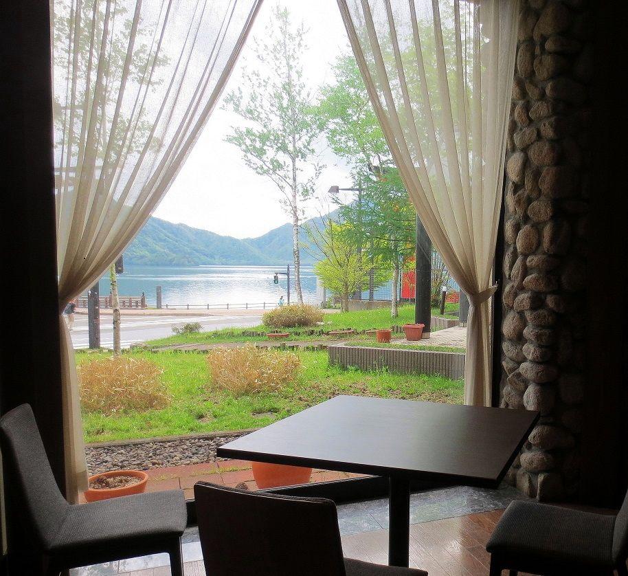 暮れゆく湖の美しさに心ときめくディナータイム!