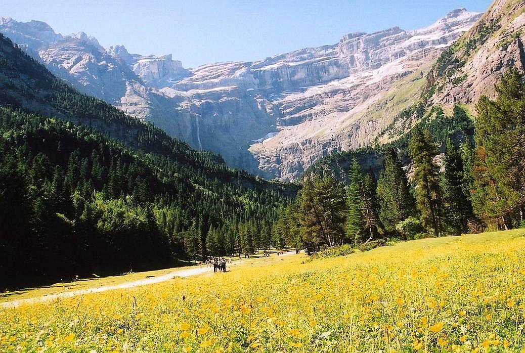 谷に立ちはだかる巨大な岩の壁は、実は3000m級の山々の山塊。