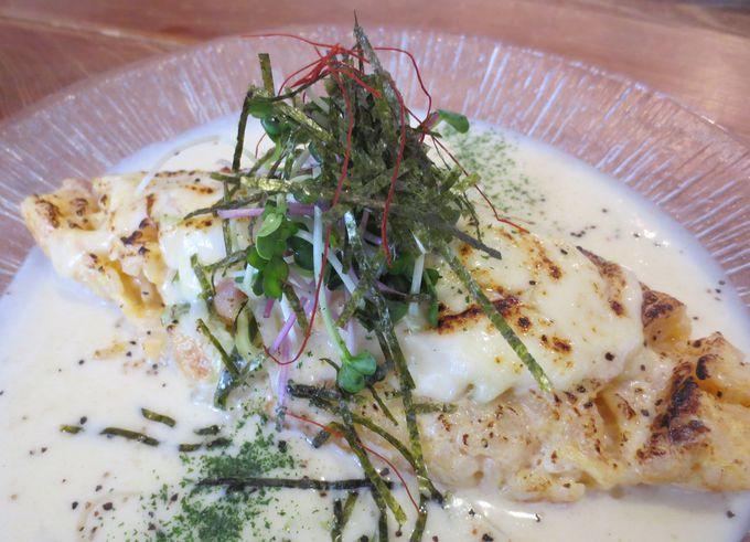 トロットロの炊き込みご飯のオムライスに絶品ホワイトソース!