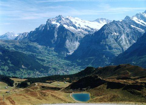 アルプスの山麓をハイキング