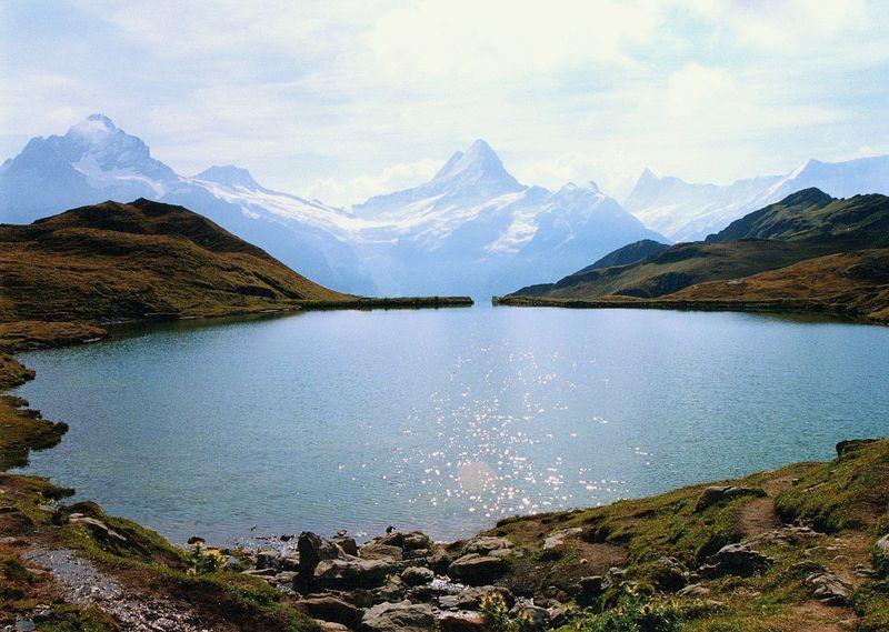 アルプスの宝石!スイス・ユングフラウ地方「バッハアルプ湖」へ絶景ハイキング!