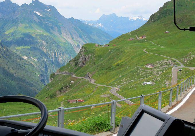緑の絨毯の中をスイス建国の地に向かって降る!