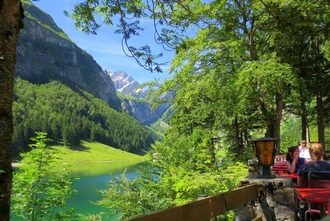 レストランは湖を眺められるガーデン席がオススメ!