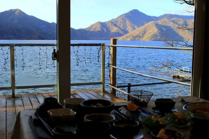 まるで湖上の船にいるみたい!サファイア色の中禅寺湖に抱かれるホテルステイ!