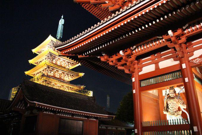 闇の中に現れる浅草寺!圧巻のライトアップ。