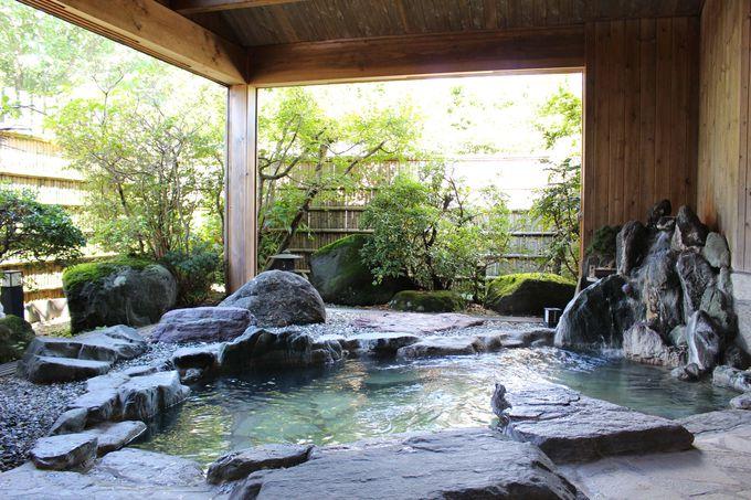 一流旅館の露天にも負けない!天然温泉100パーセントの貸切露天「更癒の湯」の美しさ。