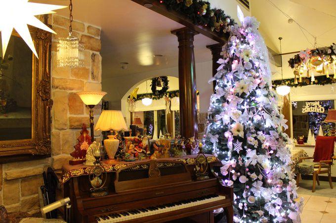 白いツリーが輝くダイニングはまるでクリスマス博物館!