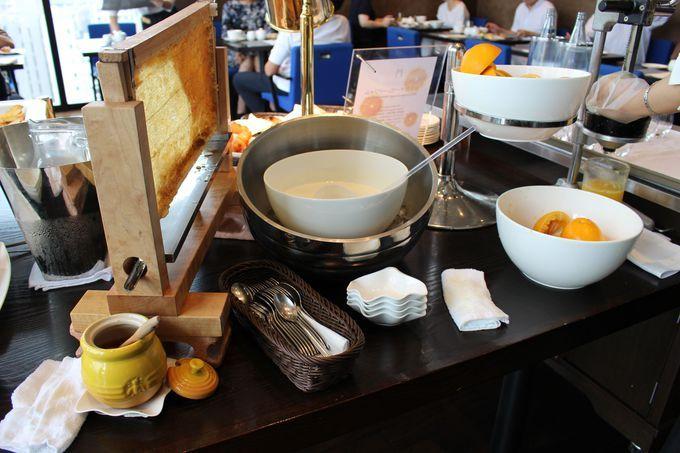 絞りたて生オレンジジュースと巣箱から流れ出る養蜂園直送の蜂蜜。そしてバターは憧れのエシレ!
