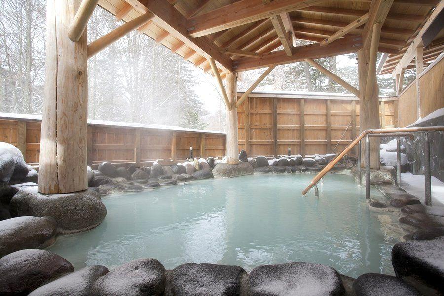 乳白色のにごり湯でマッタリ雪見風呂