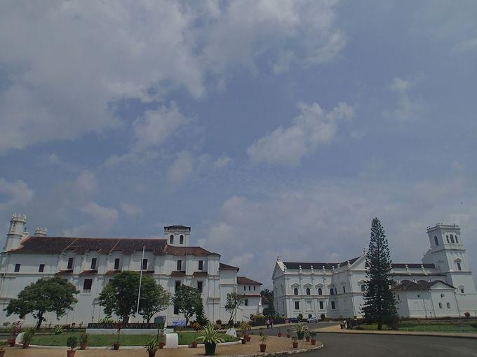 真っ白な外観が美しい!見ごたえのある聖フランシス教会とス・カテドラル