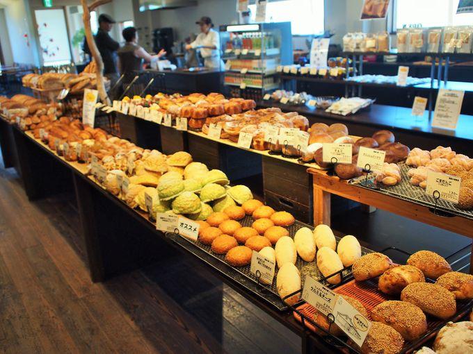 朝食はパン屋さんで焼きたてパンを買いに行く