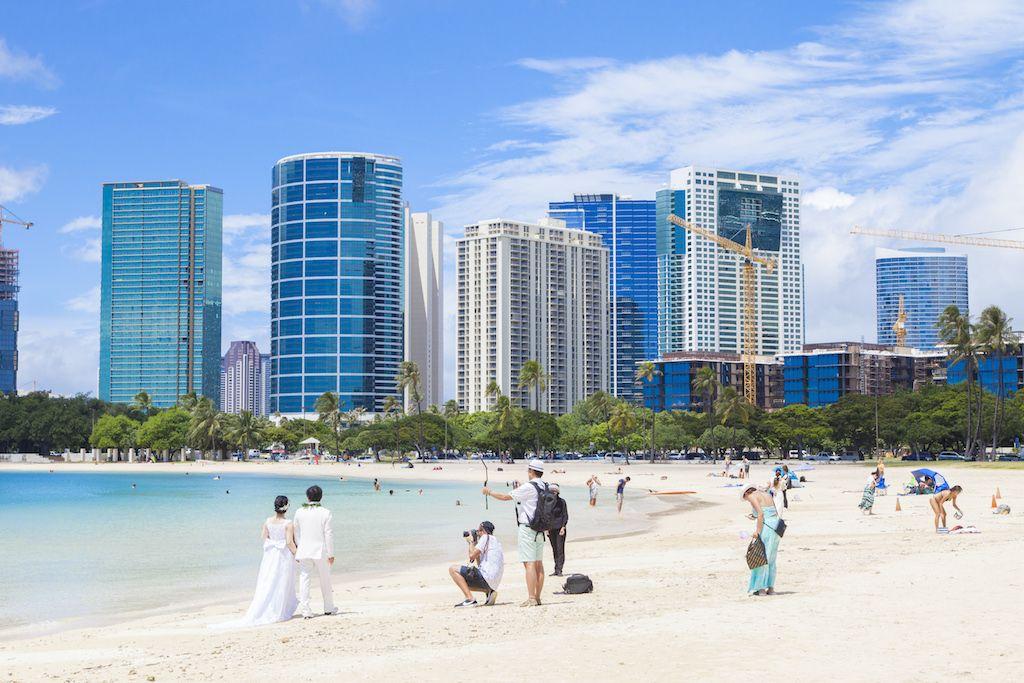 真っ白な砂浜が伸びるアラモアナ・ビーチ