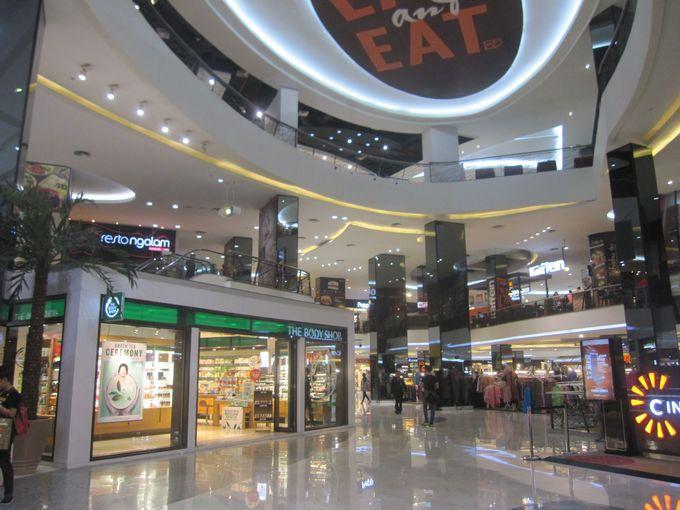 JKT48劇場はショッピングモール内に併設。チケットは事前に入手がおすすめ。