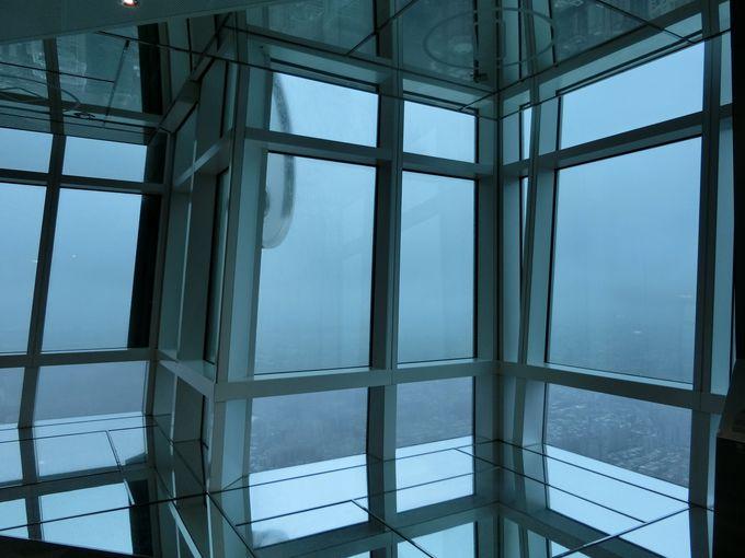 雲海を見下ろす展望台へ。時速60�qの速さで一気に到達!