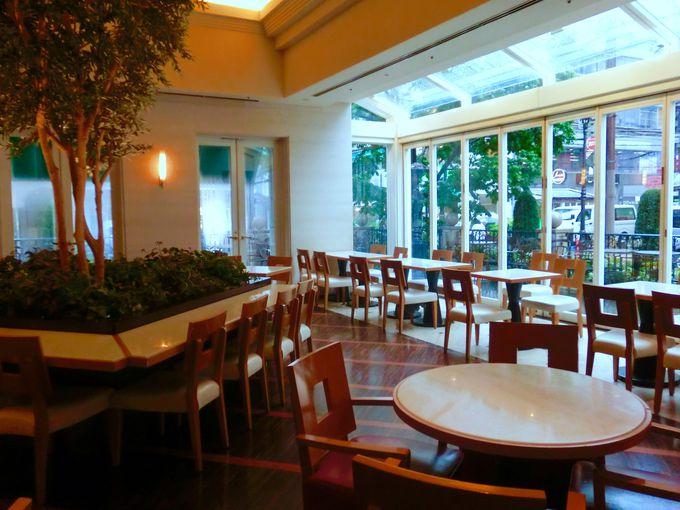 オープンテラスの素敵なカフェ