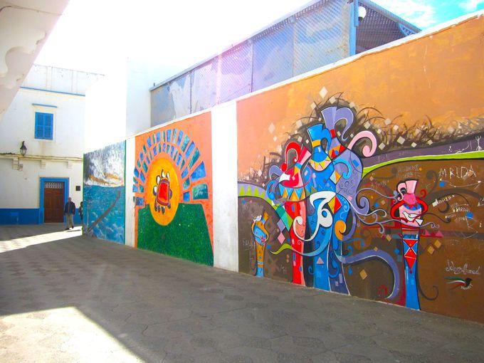 静かな港町なのに、メディナの壁はポップな雰囲気