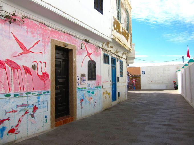 海沿いの風を感じながらアートを楽しむことができる街
