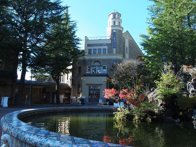 3,080坪の広い敷地には噴水とアプローチ。優雅な洋館の佇まい。