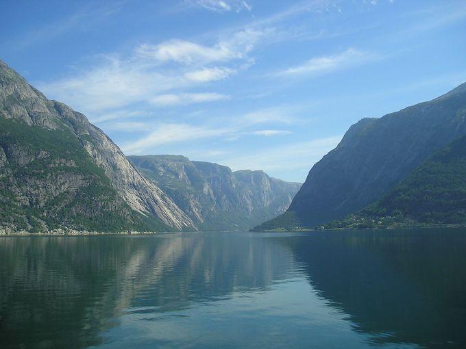 ハダンゲルフィヨルドの奥には落差182メートルの滝!