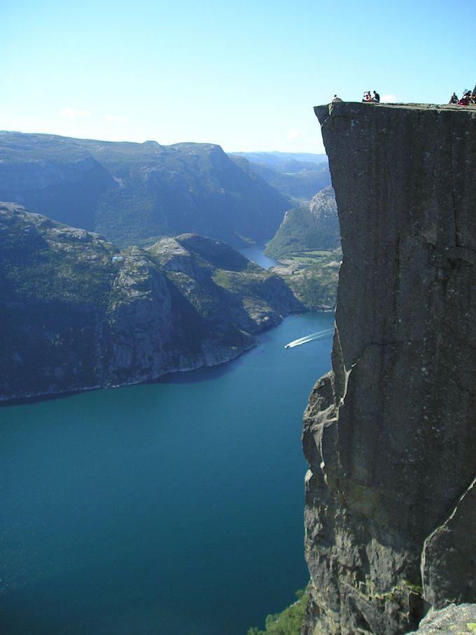 フィヨルドからそそり立つ 高さ600メートルの巨大な岩壁、プレーケストーレン☆