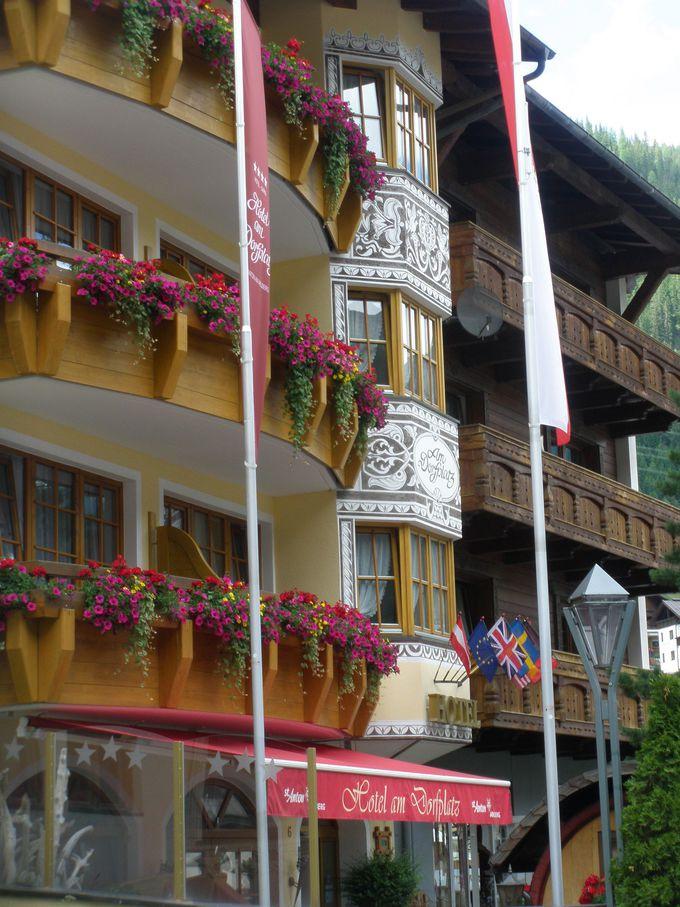 色とりどりのお花と壁絵装飾&素敵な看板で溢れた町並み♪