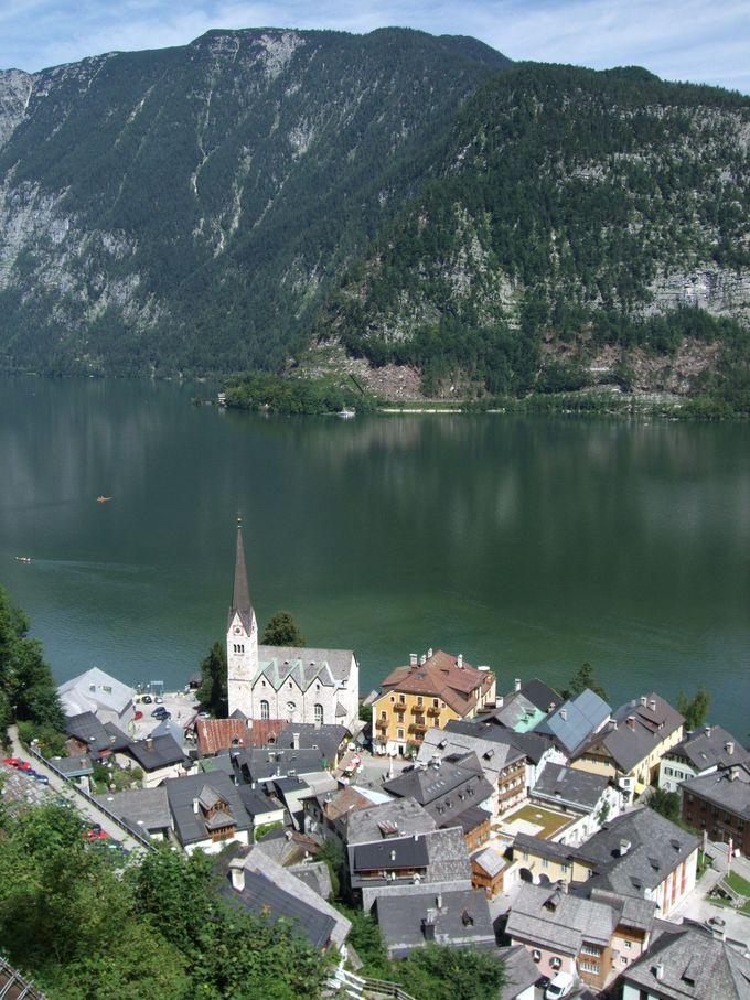湖岸に佇む教会の眺めが幻想的なハルシュタットの町へ!