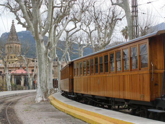 レトロ感あふれる列車で、美しい谷間の町や港町へ!