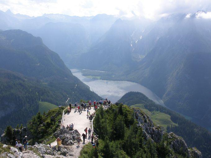 幻想的なケーニヒス湖を見下ろすイエンナー山頂上