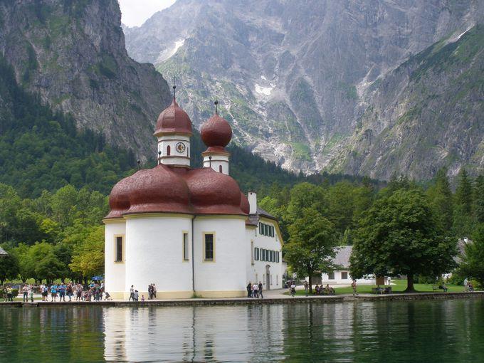 緑の中、ひっそり佇む湖畔の赤い屋根は聖バルトロメー僧院!