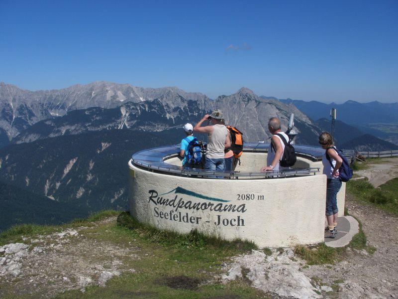 岩山に囲まれお花溢れるリゾート地!オーストリアのゼーフェルト