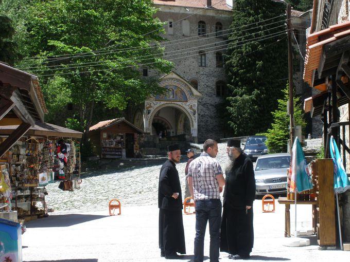 僧院の裏門外にはレストランやお土産物屋、さらにはプチハイキングの山道も!