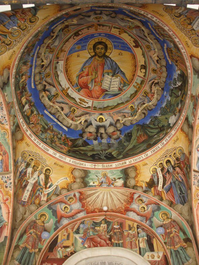 鮮やかそのもの!壁一面に目を見張るフレスコ画で覆われたリラの僧院