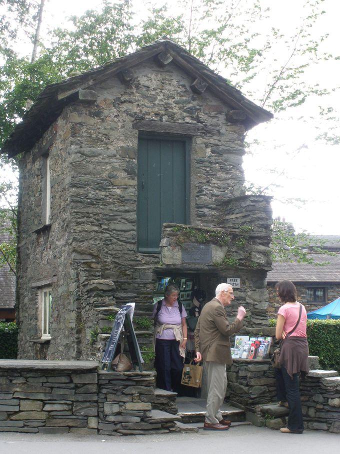 石造りのアンブルサイドの町、橋の上に建つ一軒家「ブリッジ・ハウス」